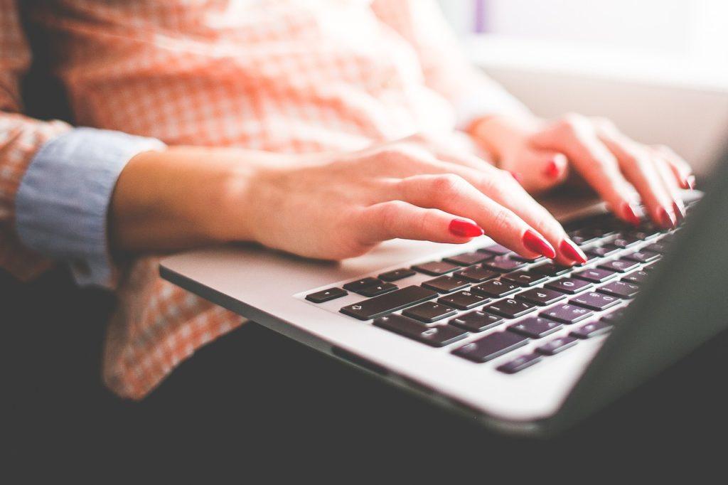 woman-typing-macbook-digital